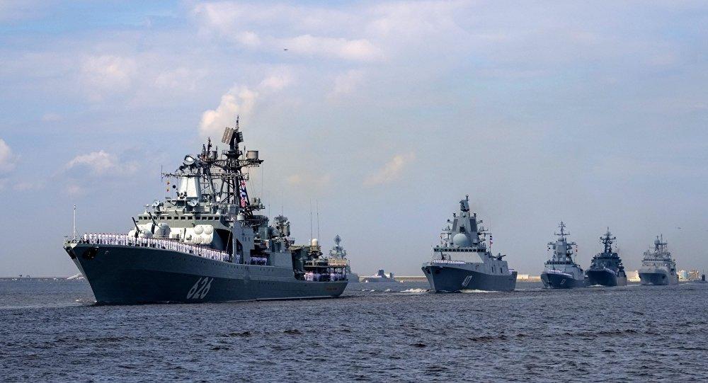 Destróier russo Vitse-Admiral Kulakov no ensaio geral para o desfile militar do Dia da Marinha Russa em Kronstadt; outros navios russos no plano de fundo (foto de arquivo)