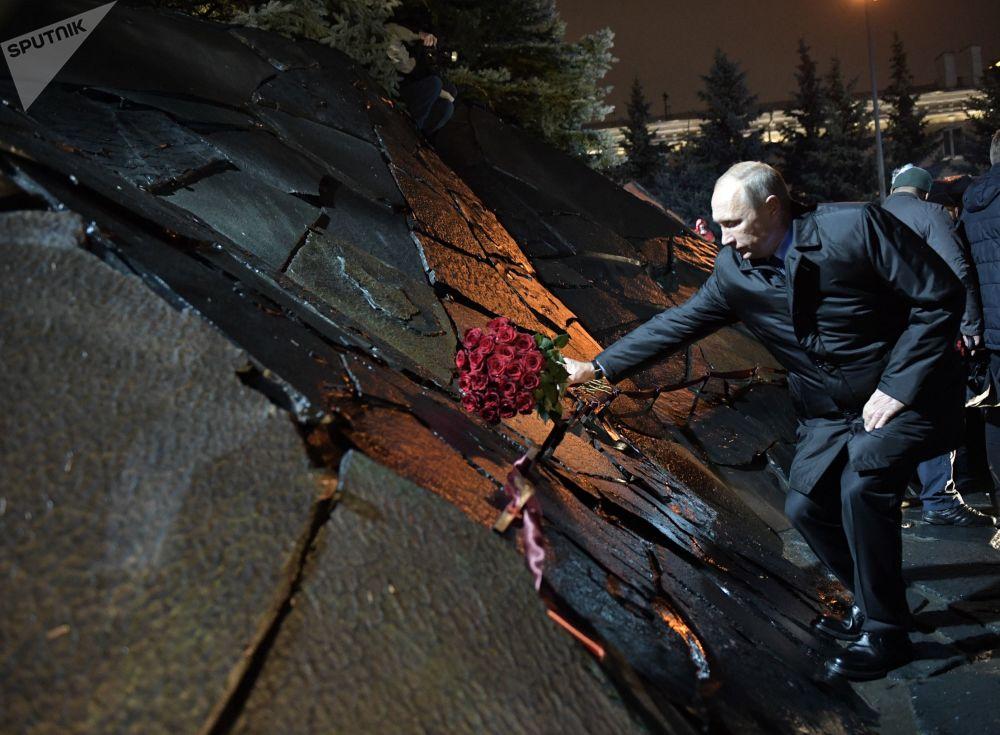 O presidente russo, Vladimir Putin, toma parte da inauguração do monumento às vítimas da repressão política, Muro da Mágoa, em Moscou
