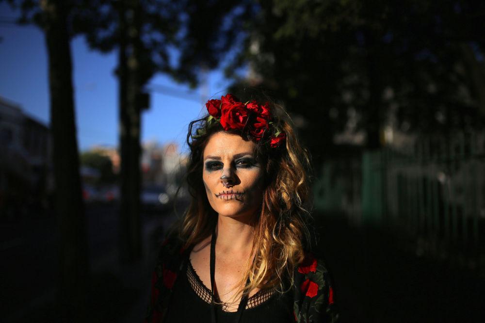 Mulher festeja Dia das Bruxas na Austrália