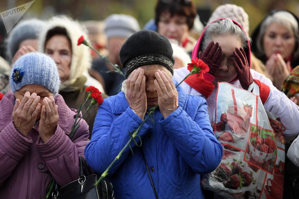 Residentes de Kazan no cemitério de Arsk, no Dia da Memória das Vítimas da Repressão Política na Rússia