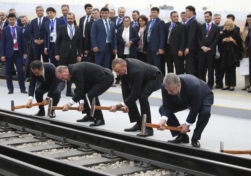 O presidente turco, Recep Tayyip Erdogan, junto com seu homólogo azeri, lham Aliyev e o premiê georgiano Giorgi Kvirikashvili, inauguram uma nova rota ferroviária entre Baku, Tbilisi e Kars