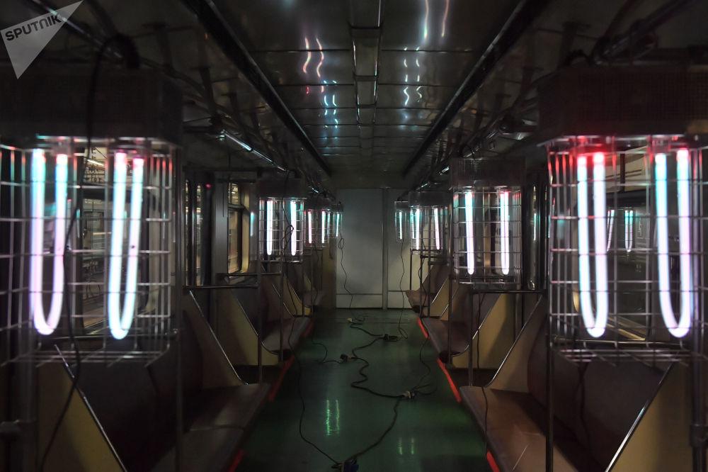 Lâmpadas de quartzo desinfecionam os vagões do metrô de Moscou