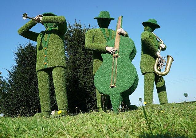 Preparativos para a Copa do Mundo de 2018 em Kaliningrado: escultura Trio de Grama