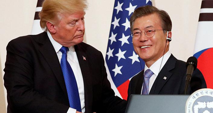 Presidente norte-americano Donald Trump com o seu homólogo sul-coreano Moon Jae-in durante a coletiva de imprensa no palácio presidencial Casa Azul em Seul, 7 de novembro