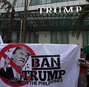 Pessoas protestam contra visita do presidente estadunidense, Donald Trump, às Filipinas