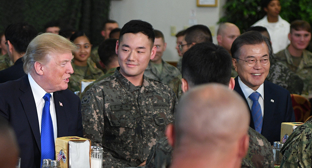 O mandatário estadunidense, Donald Trump, e seu homólogo sul-coreano, Moon Jae-in, durante almoço oficial na base militar estadunidense Camp Humphreys na Coreia do Sul