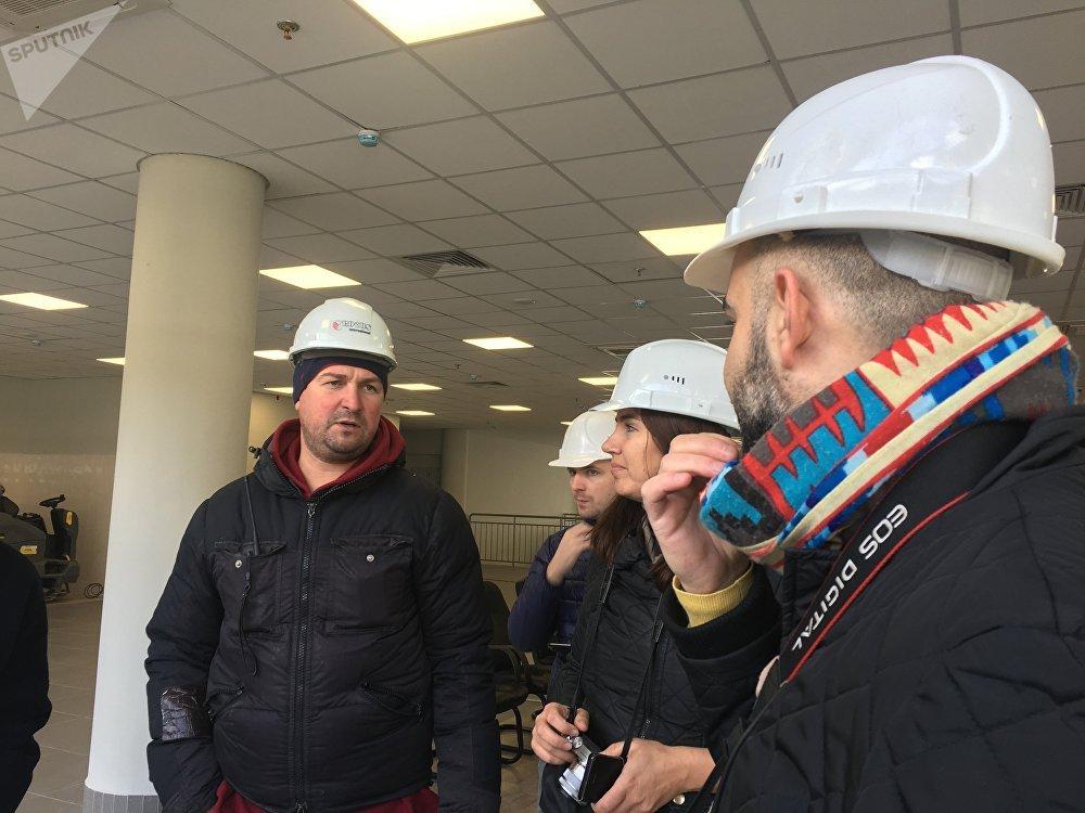 O chefe do Departamento de Construção da filial da empresa Crocus Group, Oleg Fedorin, fala com os jornalistas
