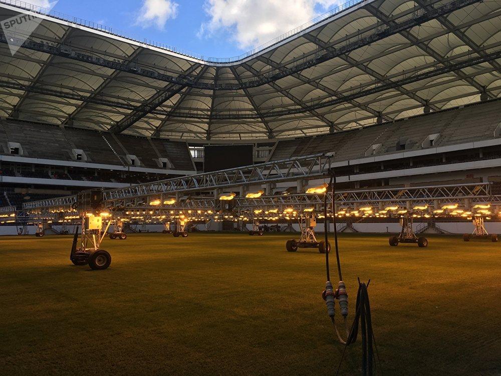 O relvado no novo estádio de Rostov cresce debaixo de fito-lâmpadas