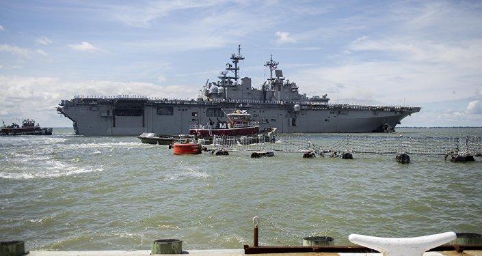 O navio de assalto USS Wasp norte-americano