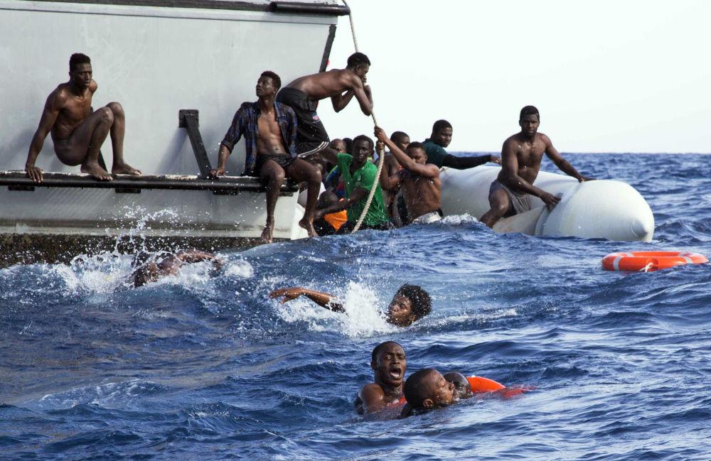 Resgate de migrantes na costa da Líbia