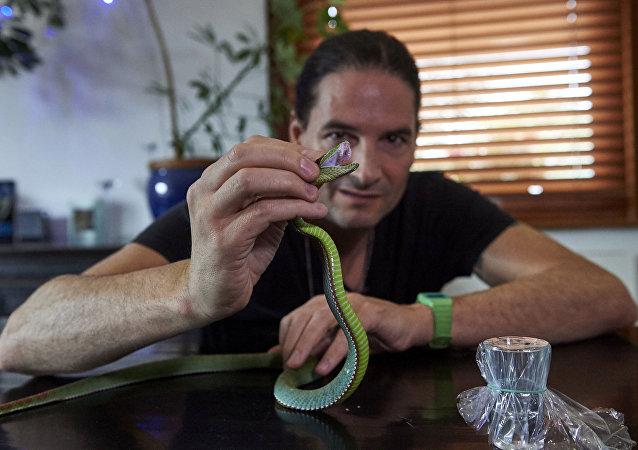 Músico Steve Ludwin, de 51 anos, sustenta que ele não recebeu nenhum tratamento médico nos últimos 15 anos graças a injeções do veneno de cobra