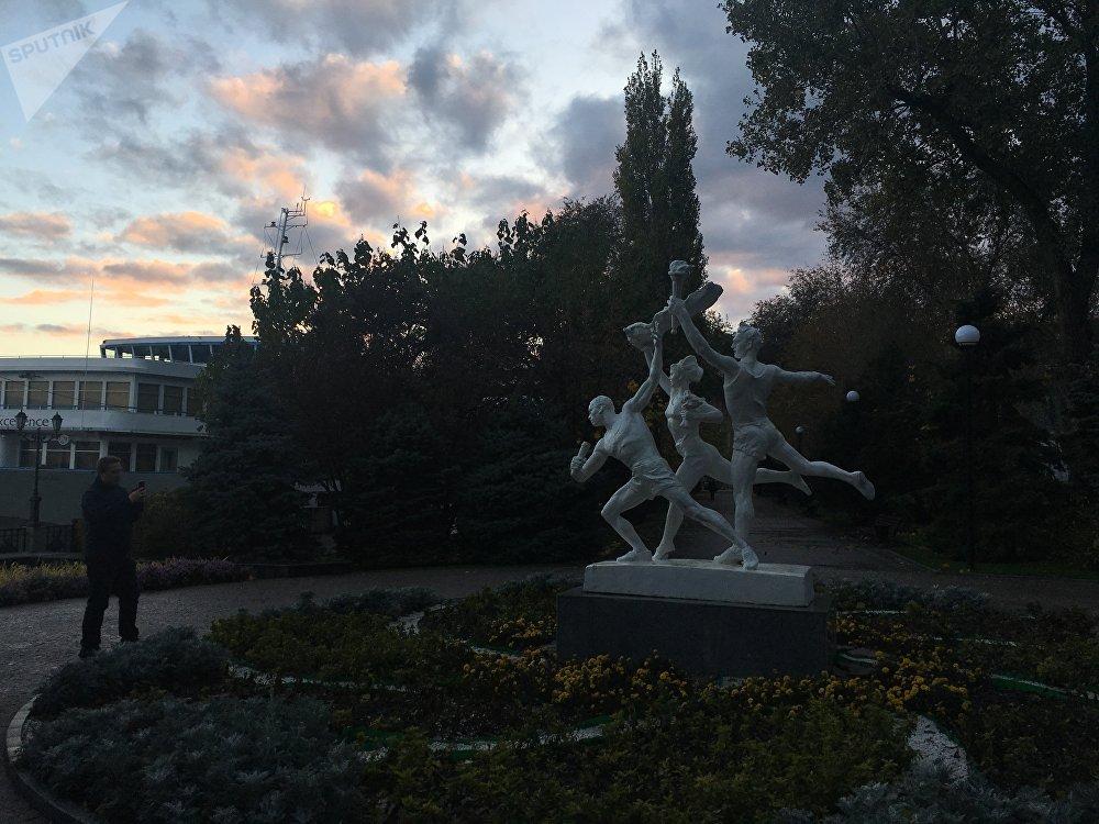 Monumento aos jovens atletas soviéticos no cais de Rostov-no-Don