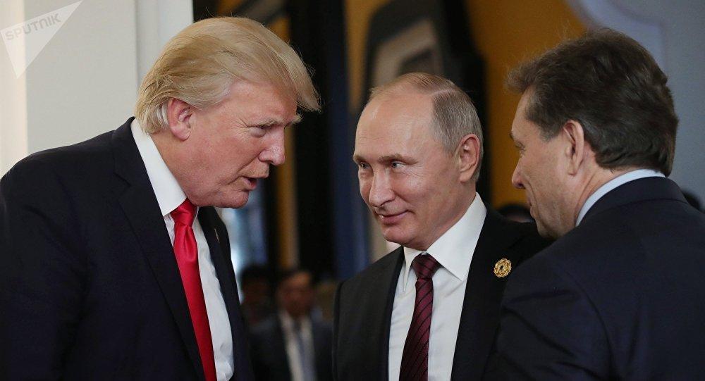 Presidente russo, Vladimir Putin, e presidente norte-americano, Donald Trump, na cúpula da APEC no Vietnã