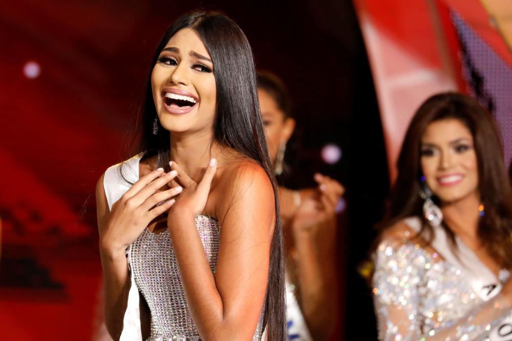 Miss estado de Delta Amacuro, Sthefany Gutierrez, reage à sua vitória no concurso Miss Venezuela 2017 em Caracas, em 9 de novembro de 2017