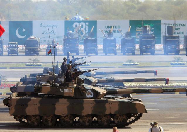 Tanques paquistaneses Al-Khalid durante uma parada militar em Islamabad, em 23 de março de 2017