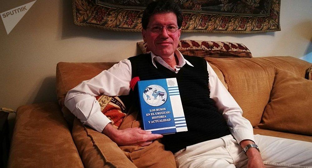 Luis Augusto Frappola com o livro Os russos no Uruguai: história e atualidade