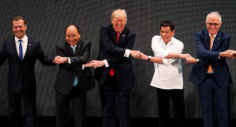 Trump exibe em Manila cumplicidade com Duterte