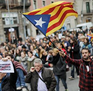 Homem segurando bandeira pró-independência Estelada em Barcelona, durante greve organizada pela união pró-independência, em 8 de novembro de 2017