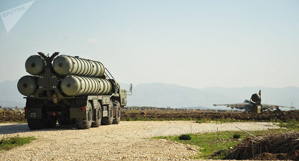 Sistema de mísseis anitaéreo S-400 na base aérea russa na Síria