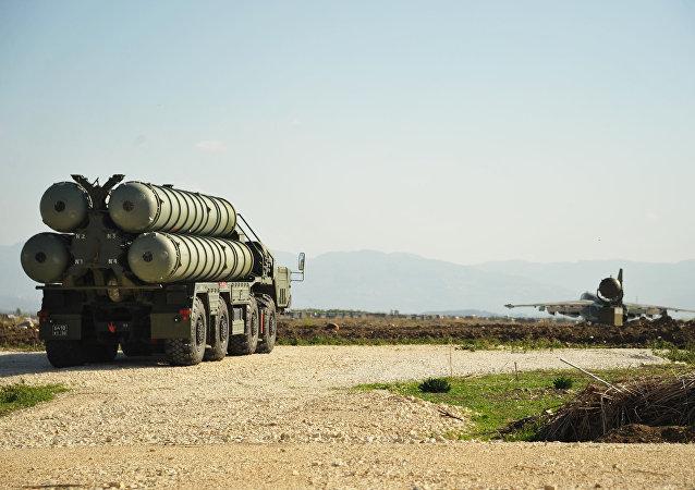 Sistema de mísseis anitaéreo S-400 (foto de arquivo)