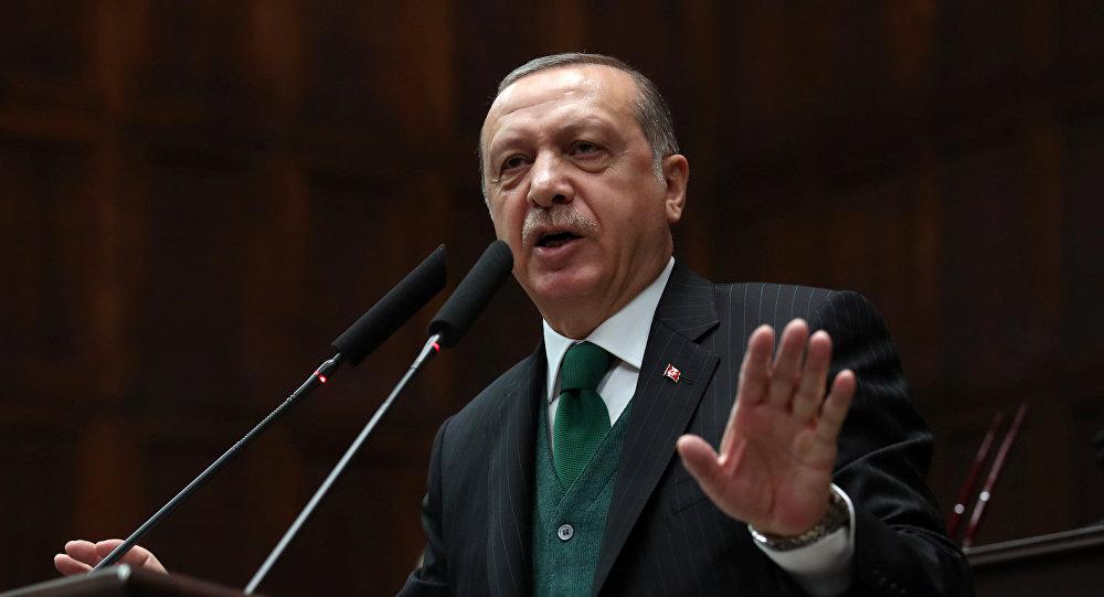 O presidente da Turquia, Recep Tayyip Erdogan, fala a parlamentares durante uma reunião do partido no parlamento em Ancara, 7 de novembro de 2017