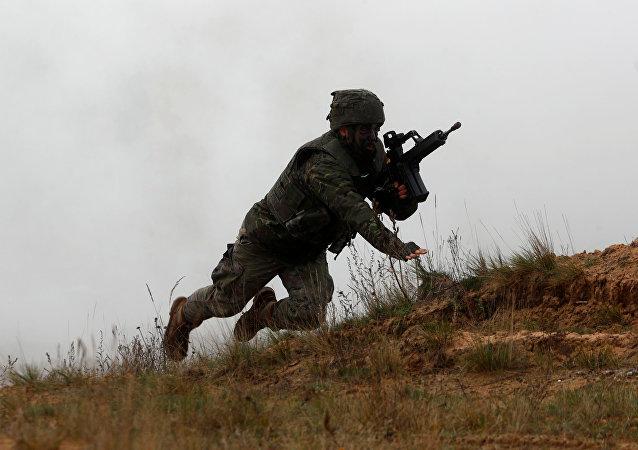 Soldado da OTAN durante manobras Silver Arrow 2017 na Letônia, 29 de outubro de 2017