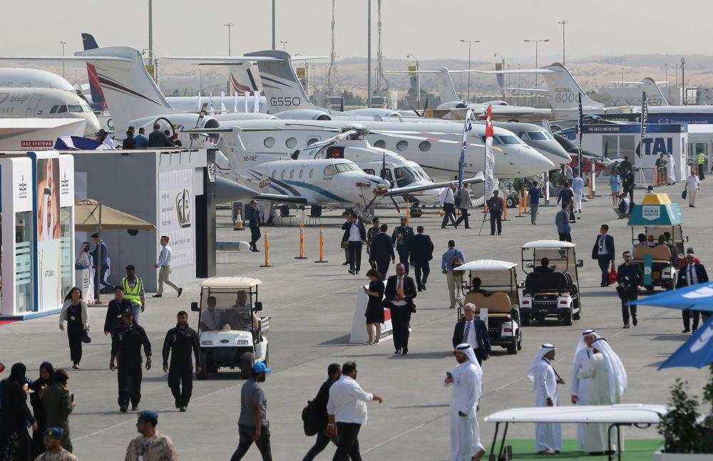 Visitantes conferindo diferentes modelos de aeronaves apresentadas no âmbito do evento Dubai Airshow 2017, nos Emirados Árabes Unidos