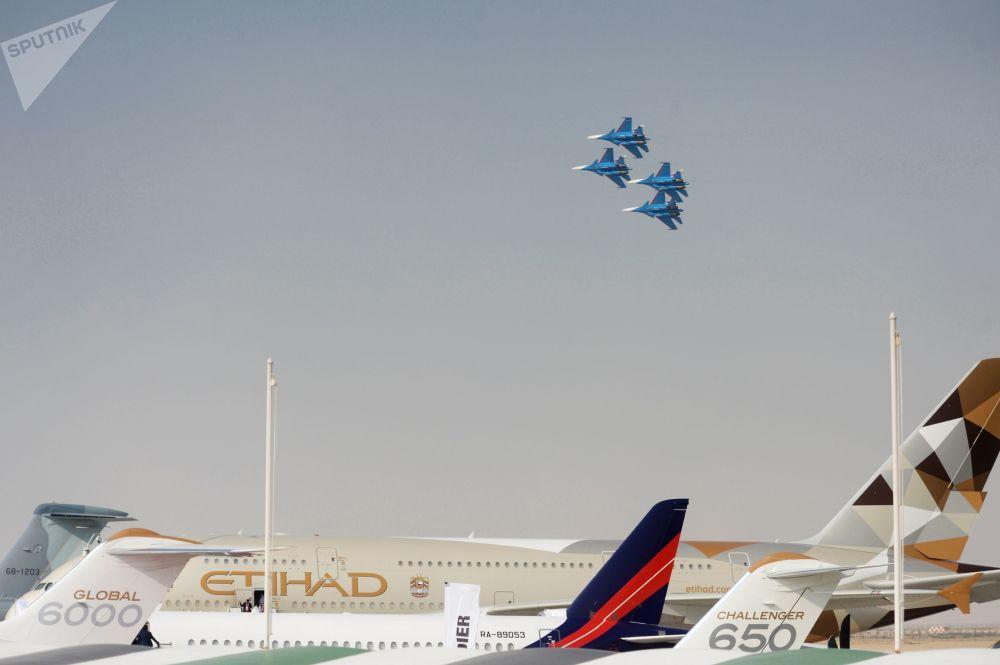 Pilotos do Russkie Vityazi, grupo de alta pilotagem da Força Aeroespacial da Rússia, apresentam-se em caças Su-30SM russos durante voo de demonstração no evento Dubai Airshow 2017, nos Emirados Árabes Unidos