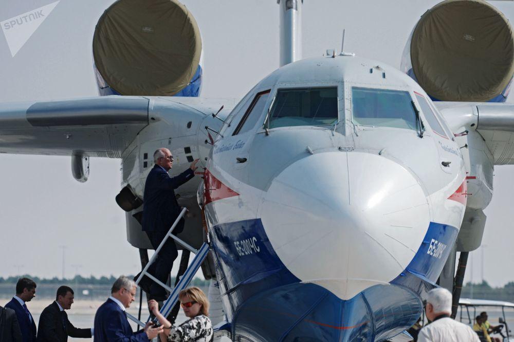 O diretor-geral da corporação estatal russa Rostec, Sergei Chemezov, inspeciona o avião anfíbio russo Be-200CHS durante o Salão Aeroespacial Dubai Airshow 2017, nos Emirados Árabes Unidos