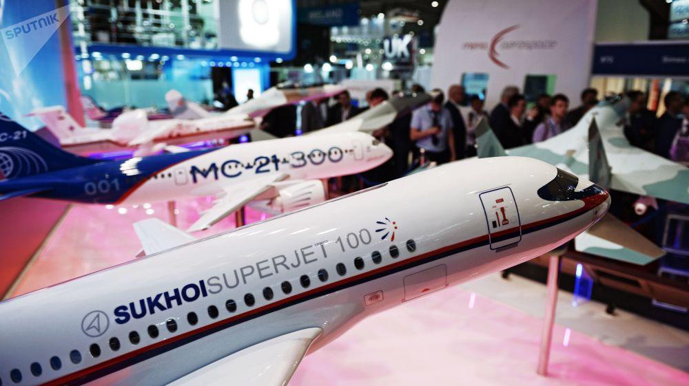 Miniaturas de aviões russos no stand da Federação da Rússia durante o Salão Aeroespacial Dubai Airshow 2017, nos Emirados Árabes Unidos