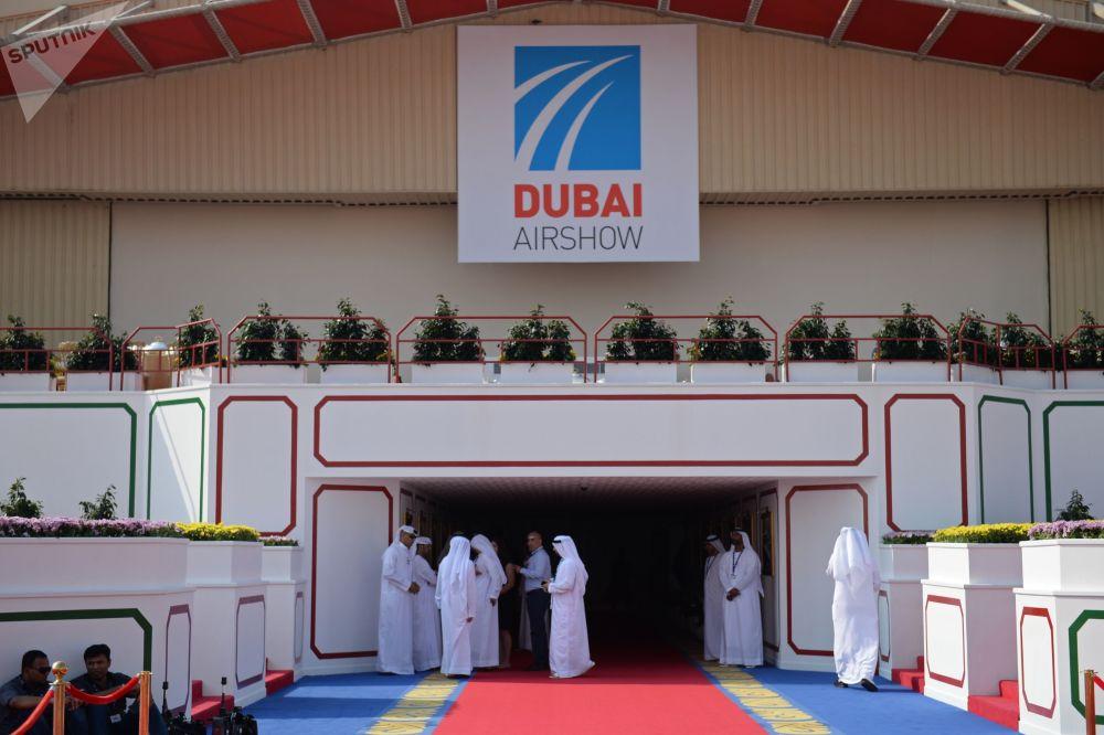 Grupo de visitantes do evento Dubai Airshow 2017, salão aeroespacial bienal nos Emirados Árabes Unidos