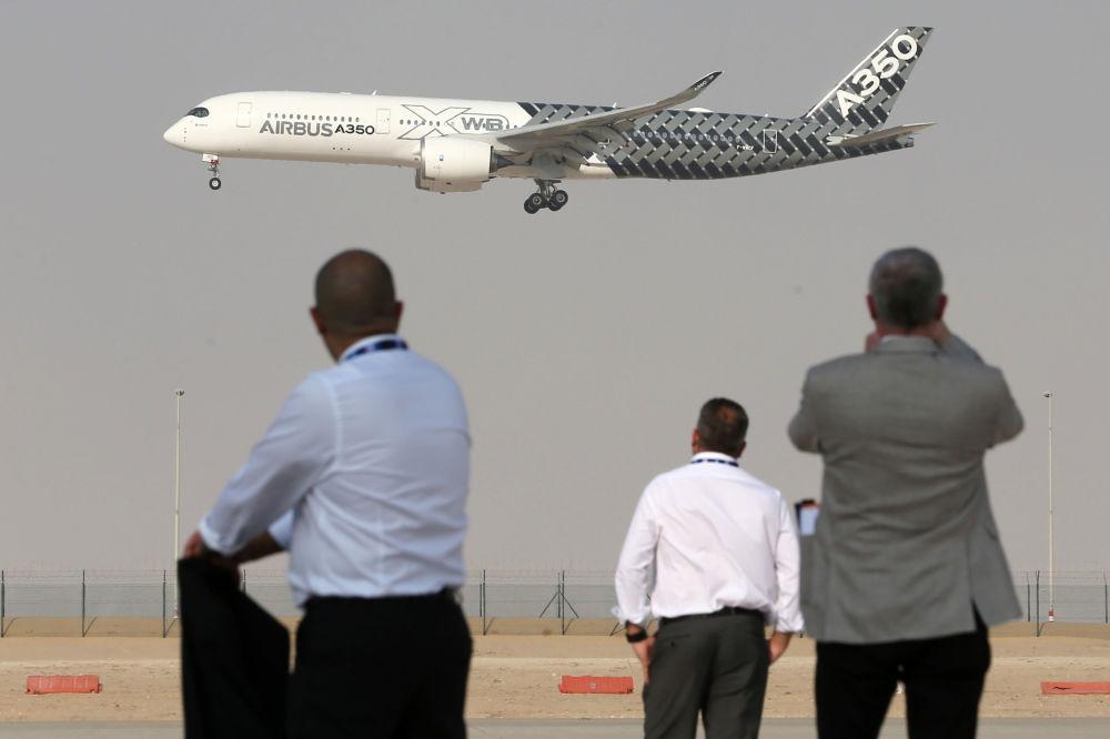 A aeronave Airbus A350 efetua um voo de demonstração durante o Salão Aeroespacial Dubai Airshow 2017, nos Emirados Árabes Unidos
