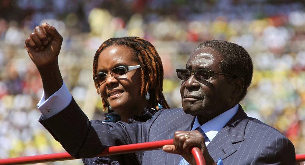 O presidente do Zimbábue, Robert Mugabe, e a mulher dele, Grace, são vistos durante a cerimônia de posse, em 22 de agosto de 2013