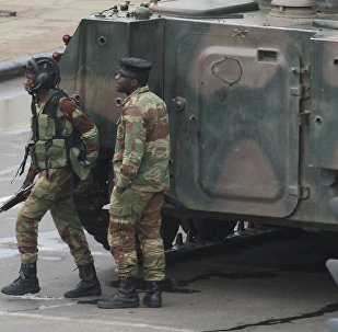 Soldados armados perto de um veículo blindado na capital do Zimbábue, Harare, 15 de novembro de 2017