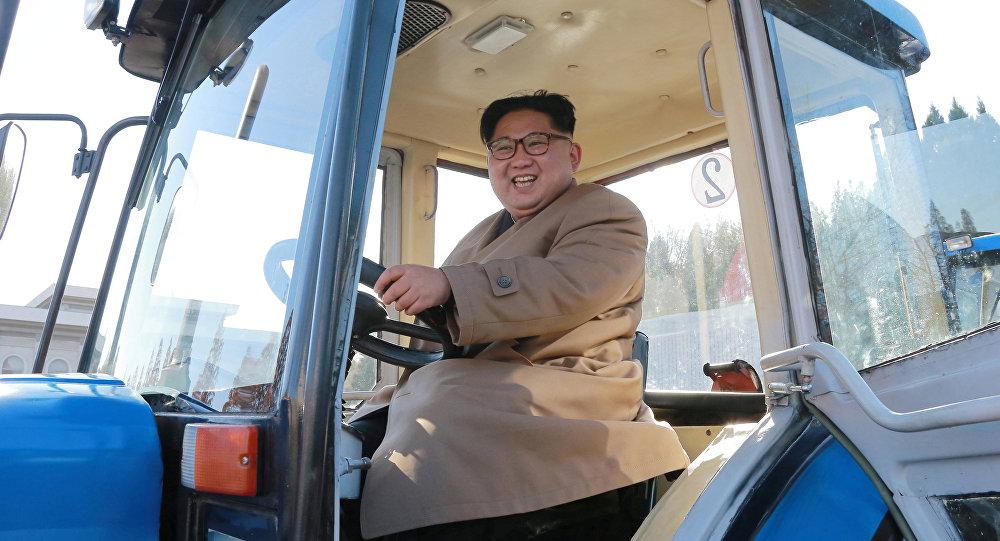 O líder da Coreia do Norte, Kim Jong-un visita a fábrica de tratores Kumsong em Pyongyang