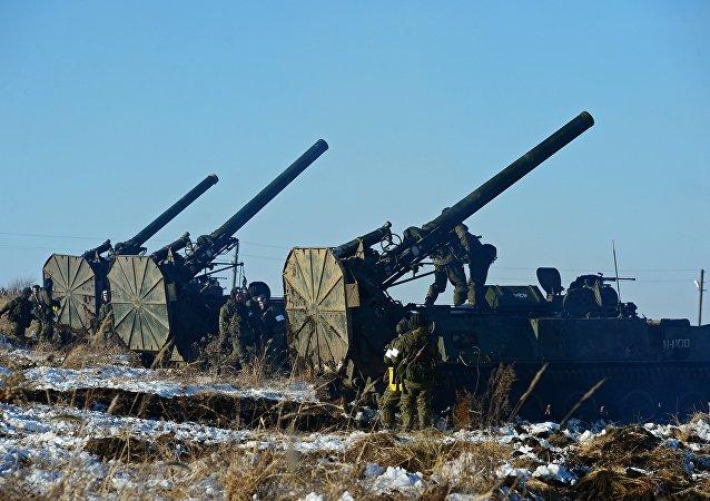 Militares russos perto de morteiros autopropulsados Tyulpan durante exercícios militares