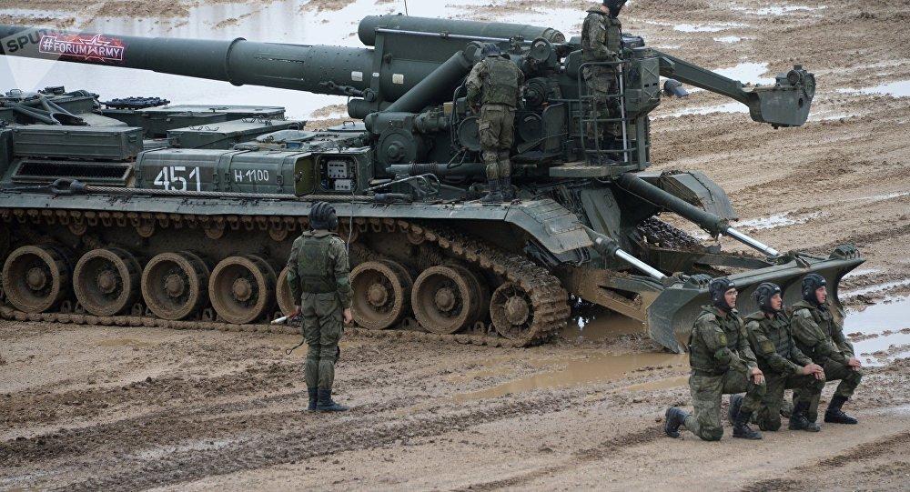 Militares perto de um canhão autopropulsado 2S7 Pion no âmbito da exposição técnico-militar EXÉRCITO 2017