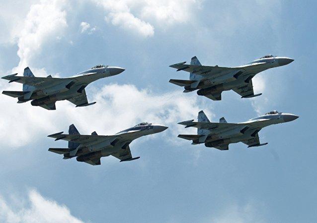 Caças de combate multiuso Sukhoi Su-35 da equipe russa de acrobacias realizam um voo de demonstração no Salão Aeroespacial MAKS 2017