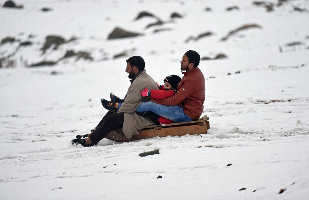 Moradores de Kashmir andam de trenó após nevasca