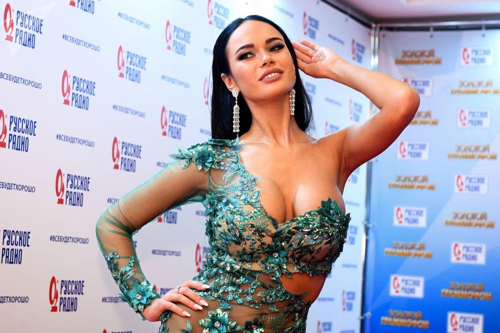 Atriz russa Yana Koshkina antes da cerimônia de galardoamento de músicos russos