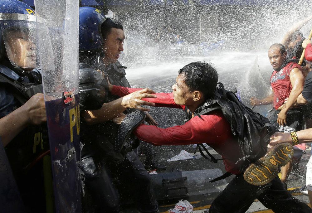 Confrontos entre polícia e manifestantes perto da embaixada dos EUA em Manila, Filipinas