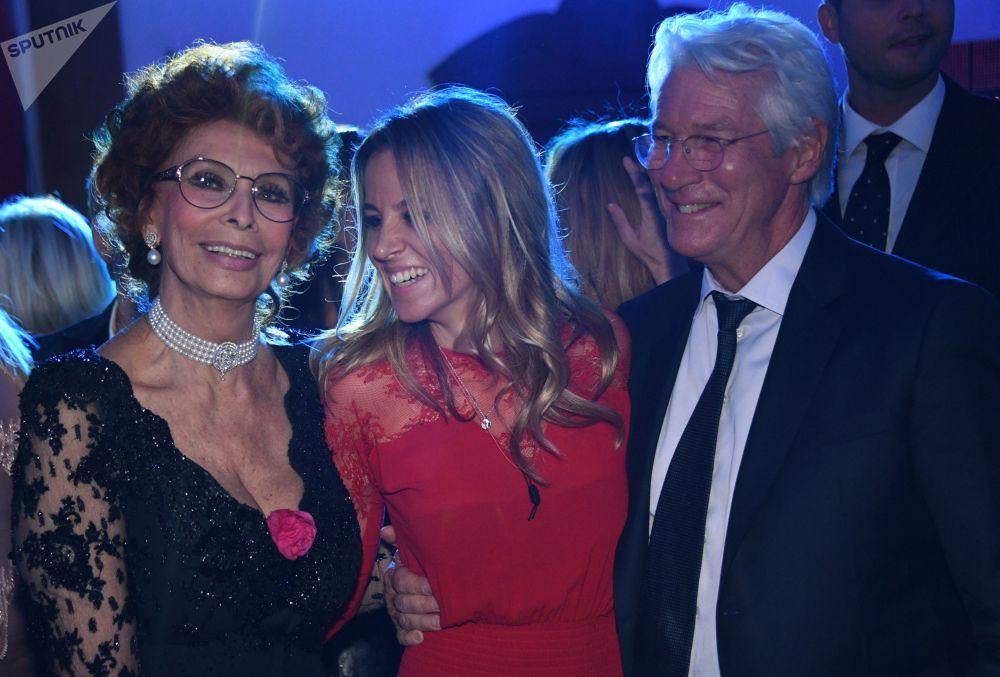 Atriz italiana Sophia Loren com ator americano Richard Gere em concerto em Moscou
