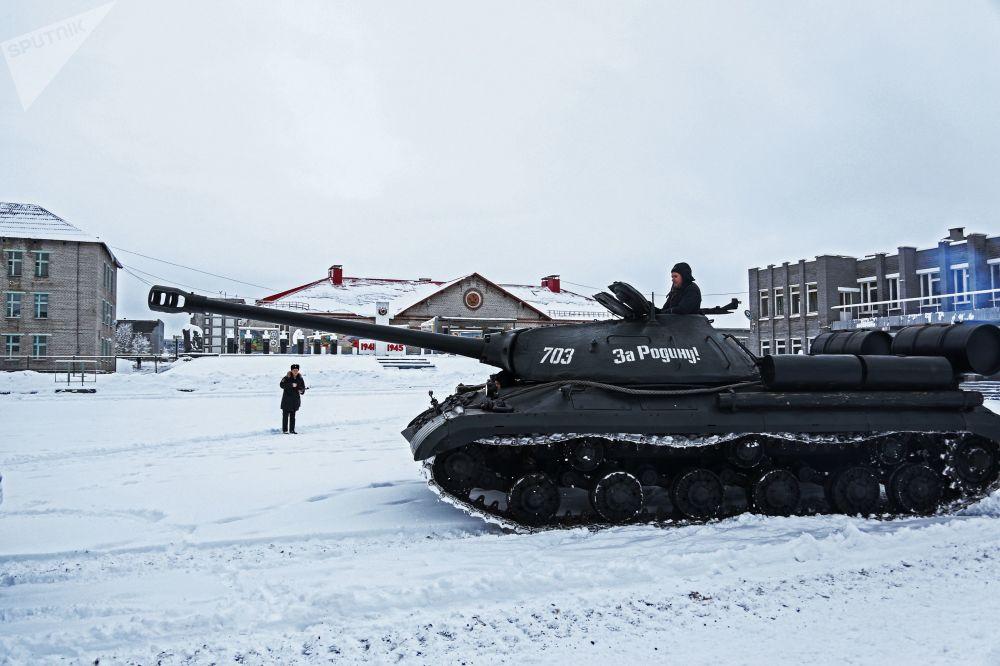 Tanque pesado russo dos tempos da Segunda Guerra Mundial durante demonstração no polígono de Murmansk