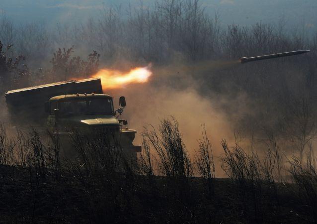Lançador múltiplo de foguetes BM-21 Grad (imagem de arquivo)