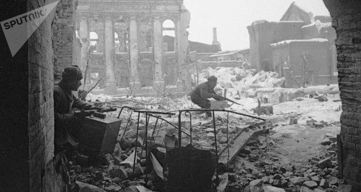 Soldados do Exército Vermelho combatem com inimigo nas ruas de Stalingrado