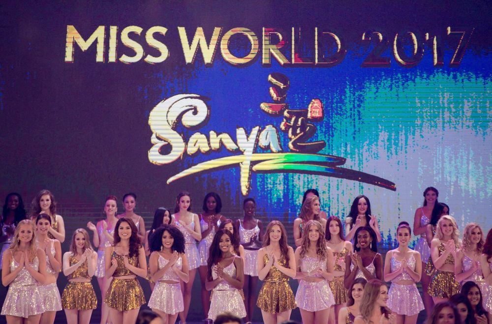 Competidoras de todos os países posam para uma foto coletiva durante do 67º concurso Miss Mundo na cidade de Sanya, na ilha tropical chinesa de Hainan, em 18 de novembro de 2017