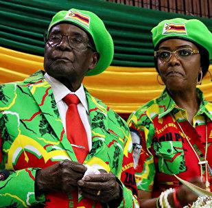 Presidente do Zimbábue, Robert Mugabe, com sua esposa Grace na reunião do partido governante ZANU PF em Harare (foto de arquivo)
