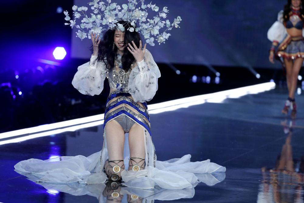 Modelo Ming Xi cai durante o desfile da Victoria's Secret em Xangai, China