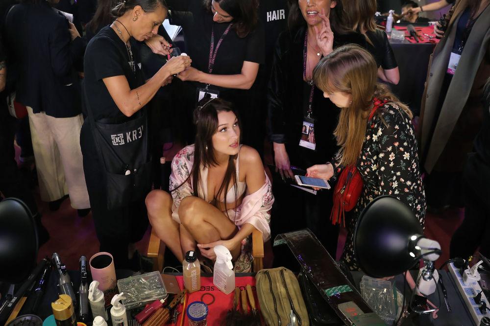 Modelo Bella Hadid se prepara para o show