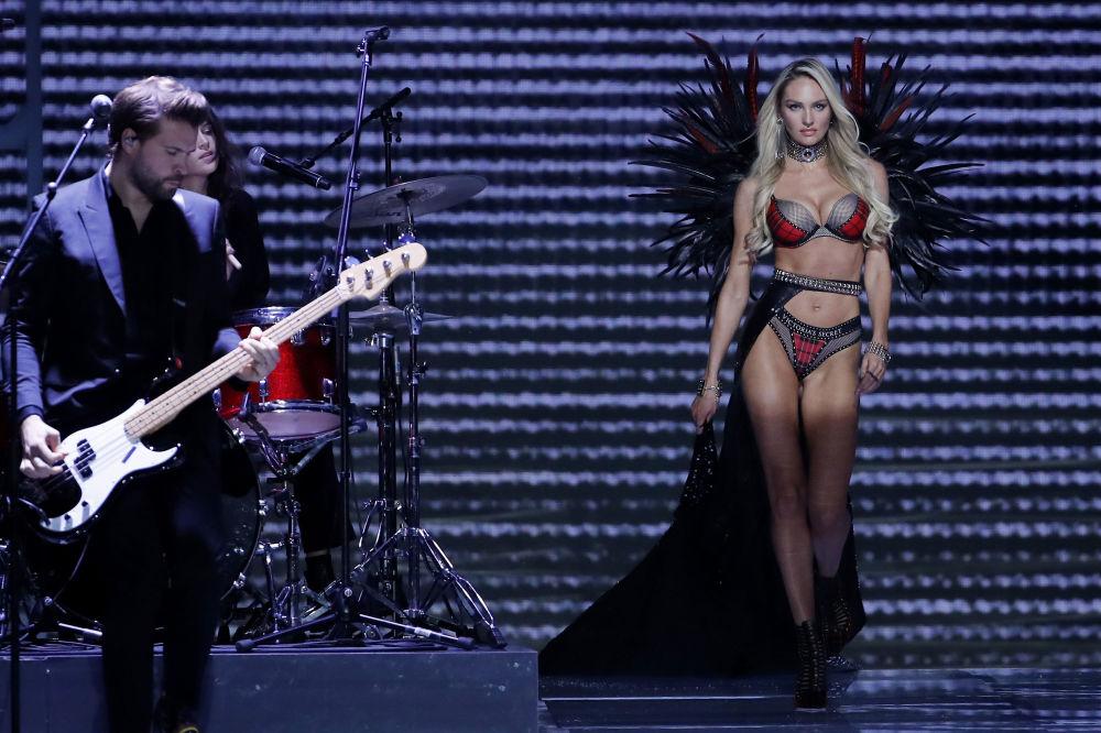 Modelo Candice Swanepoel durante o desfile da Victoria's Secret em Xangai, China